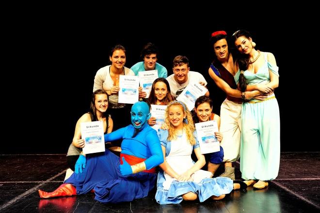 Die glücklichen GewinnerInnen mit Jasmin, Aladdin und Genie; Foto: Bernhard Fritsch