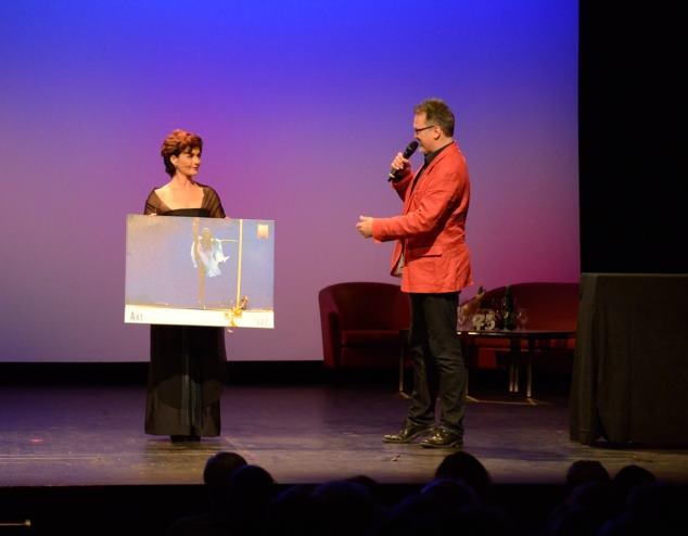 Geschenkübergabe an das Theater Akzent © Lena Appl