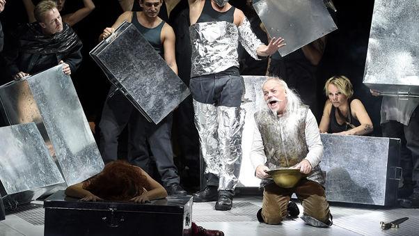 """ABD0023_20151018 - WIEN - …STERREICH: (v.l.) Patricia Nessy als """"Aldonza"""" und Robert Meyer als """"Don Quixote"""" (Cervantes) am Dienstag, 13. Oktober 2015, wŠhrend einer Fotoprobe des Musicals """"Der Mann von la Mancha"""" in der Wiener Volksoper. Das StŸck hat am 17. Oktober 2015 Premiere. - FOTO: APA/HELMUT FOHRINGER"""